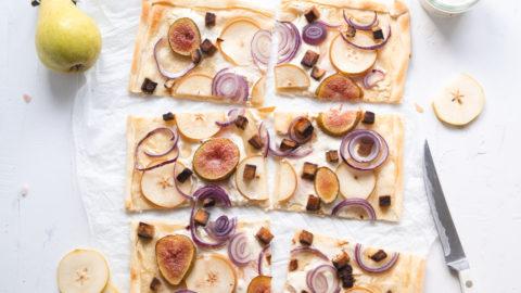 Rezeptbild für veganen Feigen-Birnen Flammkuchen