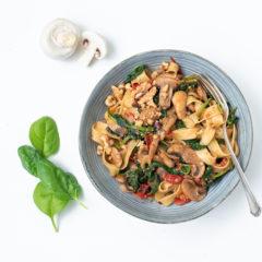 Pilz-Spinat und Cherrytomaten mit Tagliatelle
