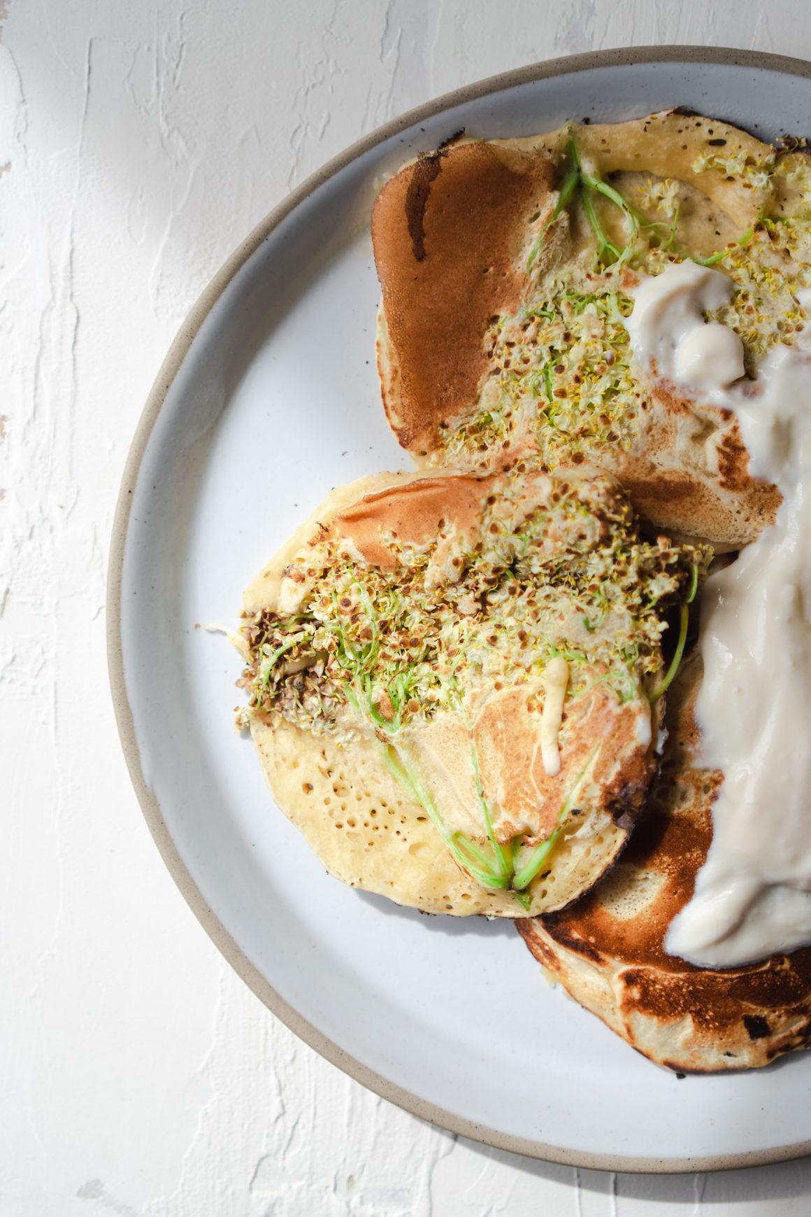 Vegane Pancakes mit Holunderblüten